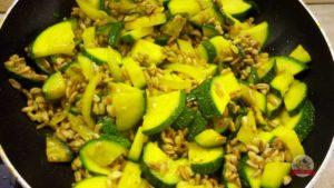 zucchine-farro-curcuma-padella