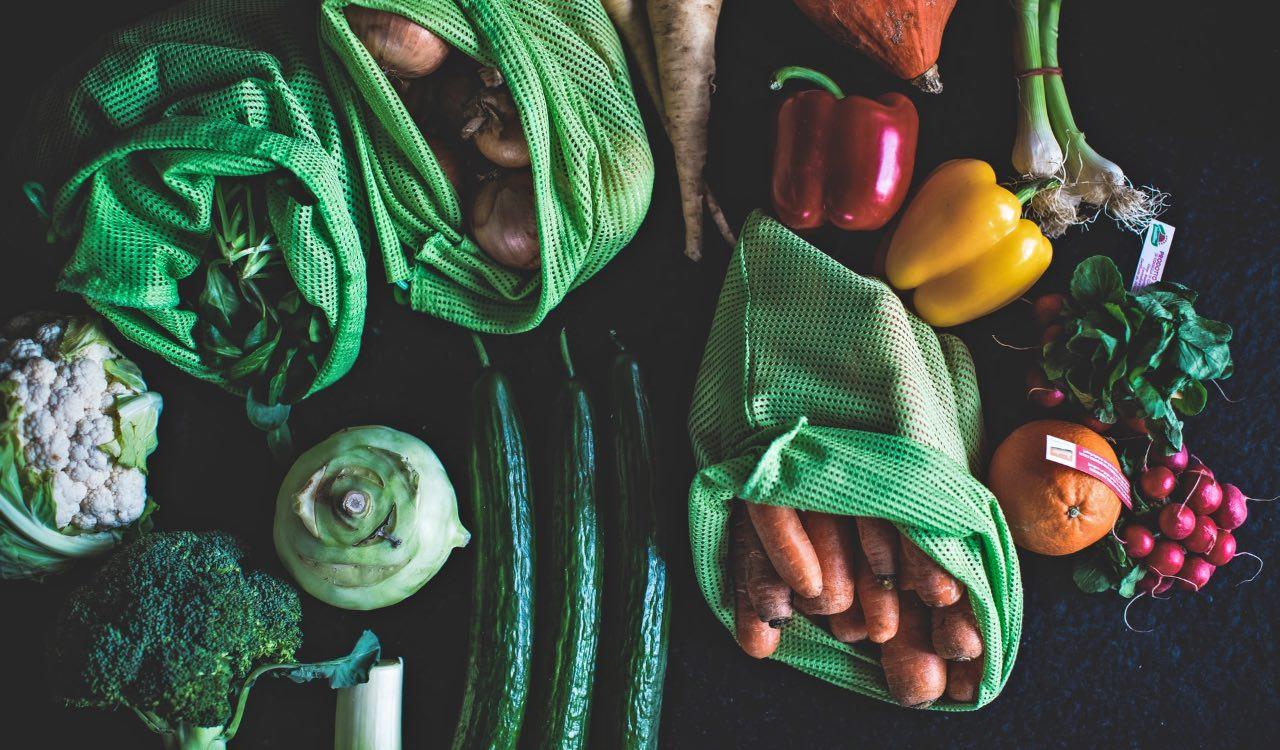 Conservare frutta e verdura in sacchetti appositi o senza nulla per allungarne la conservazione.