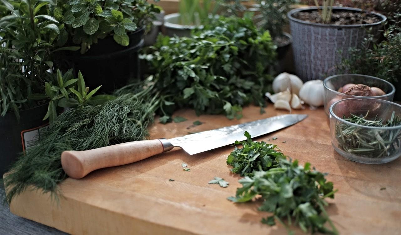 I taglieri in legno vanno benissimo per tagliare frutta e verdura, meglio evitare però di usarli con pesce e carne.