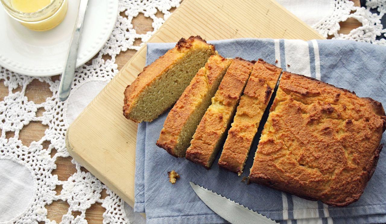 L'olio di cocco può essere usato anche in cucina per realizzare torte morbide e leggere.