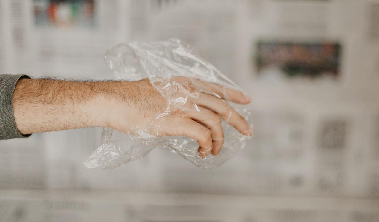 Non ce ne accorgiamo, ma la pellicola resta nell'ambiente a lungo e aggrava l'inquinamento da plastica